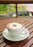 Een kop van koffie Capuchino op houten achtergrond. Stock Foto's