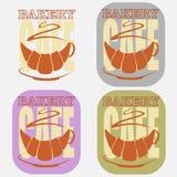 Een kop van koffie van een croissant die het negatieve ruimte minimalistische embleem van de bakselkoffie gebruiken royalty-vrije illustratie
