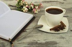 Een kop van koffie, een lepel en een kaneel royalty-vrije stock foto