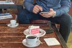 Een kop van koffie en cake op de lijst Stock Foto