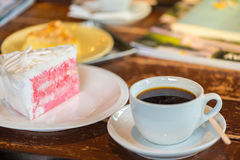 Een kop van koffie en cake op de lijst Stock Foto's