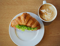 Een kop van koffie en croissanthamkaas klemt Royalty-vrije Stock Foto's