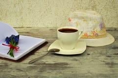 Een kop van koffie en een lepel Stock Foto