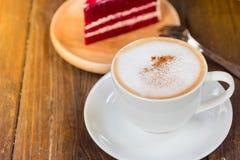 Een kop van koffie en een stuk van cake op de lijst Royalty-vrije Stock Afbeeldingen