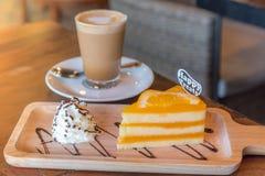 Een kop van koffie en een stuk van cake op de lijst Royalty-vrije Stock Fotografie