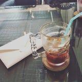 Een kop van koffie en een uitnodigingskaart Stock Foto