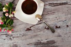 Een kop van koffie en het mooie bloeien bloeit Royalty-vrije Stock Fotografie