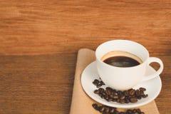 Een kop van koffie en koffie op de lijst Stock Foto's