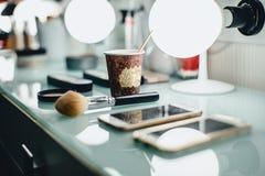 een kop van koffie en een samenstelling borstelen op master& x27; s bureau in stock foto
