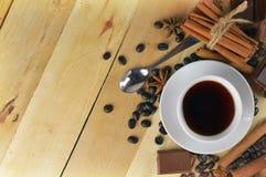 Een kop van koffie, kaneel, chocolade en anijsplant Smaak van Christm stock afbeelding