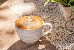 Een kop van koffie latte Royalty-vrije Stock Afbeeldingen