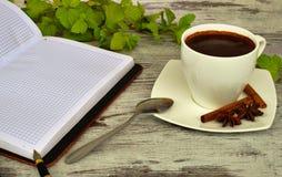 Een kop van koffie, lepel en een kaneel Stock Afbeeldingen
