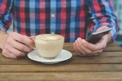 Een Kop van koffie in mensen` s handen royalty-vrije stock fotografie