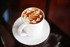Een kop van koffie met bladpatroon Stock Foto