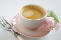 Een kop van koffie met bloemen Stock Afbeeldingen