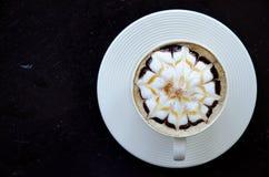 Een kop van koffie met bloempatroon Royalty-vrije Stock Foto's
