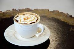 Een kop van koffie met bloempatroon Stock Afbeeldingen