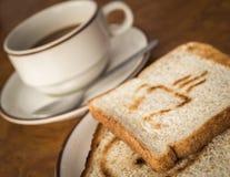Een kop van koffie met brood Stock Afbeeldingen