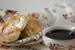 Een kop van koffie met broodjes royalty-vrije stock foto's