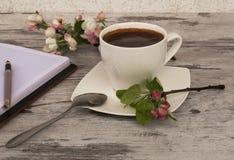Een kop van koffie met een lepel Royalty-vrije Stock Foto's