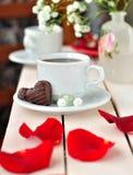 Een kop van Koffie met hart-Gevormd Suikergoed Royalty-vrije Stock Fotografie