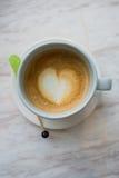 Een kop van koffie met hartpatroon in een witte kop op witte marbl Royalty-vrije Stock Fotografie