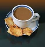 Een kop van koffie met pitabroodje Stock Foto