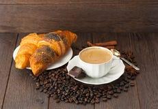 Een Kop van koffie met verse croissants Stock Afbeelding