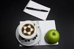 Een kop van koffie met voetbalbal Royalty-vrije Stock Afbeeldingen
