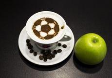Een kop van koffie met voetbalbal Stock Afbeeldingen