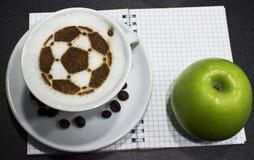 Een kop van koffie met voetbalbal Royalty-vrije Stock Afbeelding