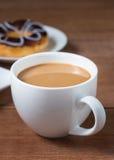 Een kop van koffie met zoete chocoladedoughnut Stock Foto