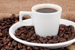 Een kop van koffie op de achtergrond van koffiebonen Stock Foto's