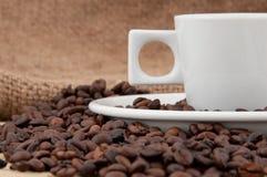 Een kop van koffie op de achtergrond van koffiebonen Stock Foto