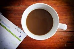 Een kop van koffie op de lijst in de ochtend stock afbeelding