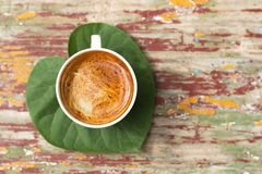Een kop van koffie op het groene blad royalty-vrije stock afbeeldingen