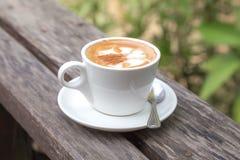 Een kop van koffie op houten lijst Royalty-vrije Stock Foto