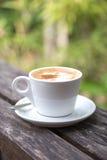 Een kop van koffie op houten lijst Stock Foto
