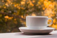 Een kop van koffie op een houten lijst Stock Afbeeldingen
