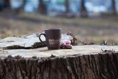een kop van koffie op een houten lijst in de zon Stock Foto