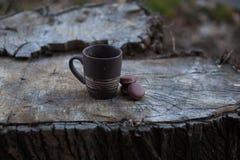 een kop van koffie op een houten lijst in de zon Royalty-vrije Stock Fotografie