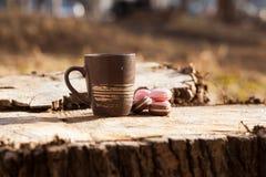 een kop van koffie op een houten lijst in de zon Royalty-vrije Stock Afbeeldingen