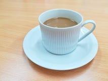 Een kop van koffie op houten lijst in koffie of vergaderzaal Stock Afbeelding