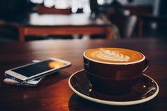 Een kop van koffie op houten oppervlakte royalty-vrije stock foto