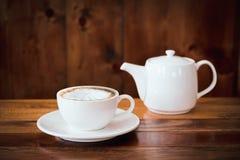 een kop van koffie op lijst in koffie stock foto