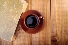Een kop van koffie op lijst Stock Foto's