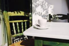 Een kop van koffie op lijst, mediterrane stijl Royalty-vrije Stock Foto's