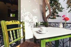 Een kop van koffie op lijst, mediterrane stijl Stock Afbeelding