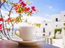 Een kop van koffie op lijst met Italiaanse stad bij de achtergrond Royalty-vrije Stock Foto