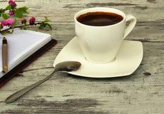 Een kop van koffie Pan en notitieboekje Royalty-vrije Stock Foto's